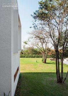 O gramado generoso era um pedido dos moradores, cujos três filhos adoram jogar futebol. Neste lado da fachada, que não conta com beiral, uma caixa envolve a janela e protege contra a chuva.