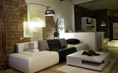 idee decoration salon, mur en briques, lampe arc, table basse blanche, déco en noir et blanc