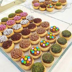 Görüntünün olası içeriği: tatlı ve yiyecek Profiteroles, Cake Recipes, Dessert Recipes, Ninjago Party, Sweet Cookies, Food Design, Mini Cupcakes, Biscotti, Donuts
