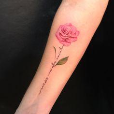 A imagem pode conter: uma ou mais pessoas Rose Stem Tattoo, Rose Heart Tattoo, Carnation Tattoo, Flower Tattoo Arm, Hand Tattoos, Body Art Tattoos, Small Tattoos, Sleeve Tattoos, Tatoos