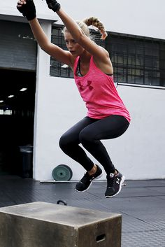 Mit den dezenten Styles der Sportmarke Under Armour bist du beim Sport und in der Freizeit immer perfekt angezogen. Für plakative Hingucker sorgen das pinkfarbene Tanktop und der große Markenschriftzug an der Wade.