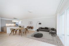 Diese attraktive und neuwertige Wohnung, in Zentrumslage, mit einem grossen Balkon wird Ihnen gefallen! Die Wohnung befindet sich im 1. Obergeschoss, bietet eine ausserordentlich praktische Grundrissgestaltung und ist bequem mit dem Lift erreichbar. Die ganze Liegenschaft ist rollstuhlgängig. Martin Zaugg, Dipl. Immobilienmakler Ihr Partner für Bewertung und Verkauf von Immobilien. ☎️ 078 612 88 33 Real Estate Agents