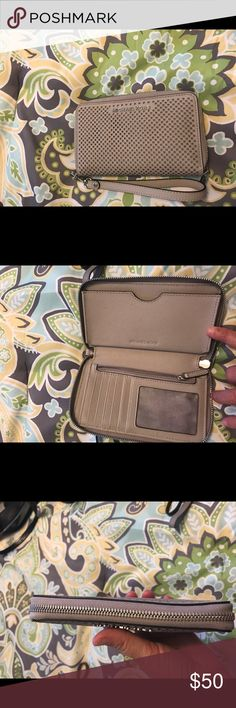 Micheal Kors wristlet Authentic and excellent condition MICHAEL Michael Kors Bags Clutches & Wristlets