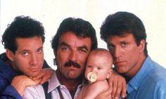 A vida de uma turma de rapazes muda radicalmente quando uma criança é deixada em sua porta, em'Três Solteirões e um Bebê' (1987). Uma comédia que mostra como a paternidade pode ir além dos laços de sangue.