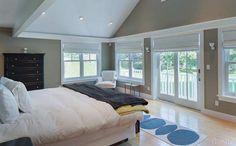 Quarto da propriedade possui muitas janelas para a entrada de luz natural - Clique na imagem para ver a matéria!