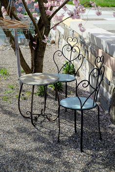 Lauschiges Plätzchen unter der Zierkirsche Prunus 'Accolade'. Prunus, Outdoor Furniture, Outdoor Decor, Home Decor, Gardens, Romantic Backyard, Chair, Cherries, Kunst