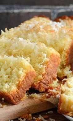 bread recipes sweet From breakfast to mid-afternoon snack to dessert, this tropical quick bread can be enjoyed all through the day. It is refreshingly light and full of coconut and Pineapple Coconut Bread, Coconut Quick Bread, Coconut Bread Recipe, Lemon And Coconut Cake, Coconut Recipes, Pineapple Muffins, Coconut Muffins, Fruit Bread, Dessert Bread