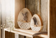 charming rural dot design, lovingly with feathers, button and cord of . - Easter and Spring ❤️❤️❤️ - Easter Projects, Easter Crafts, Easter Party, Easter Gift, Spring Crafts, Holiday Crafts, Wooden Crafts, Diy And Crafts, Diy Osterschmuck