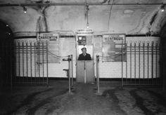 """L'un de ces poinçonneurs du métro parisien, qui n'aspirent qu'à """"voir le ciel"""", en 1947. Le métier disparaît en 1974."""