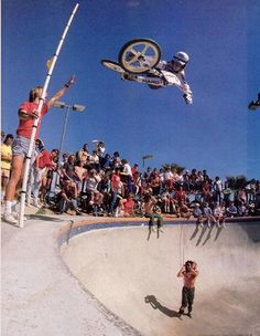 Mike Dominguez blasting a tabletop air at the Pipeline Bowl. (I'm walking down memory lane. Vintage Bmx Bikes, Velo Vintage, Retro Bicycle, Bmx Bicycle, Bmx Bandits, Haro Bmx, Bmx 20, Bmx Cruiser, Bmx Racing