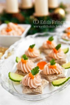 Salmon Mousse Tea Sandwiches: 250 g smoked salmon Tbsp heavy cream Tbsp cream cheese tsp lemon juice (to taste) pepper; mix ingredients in food processor with cutting knife attached Finger Food Appetizers, Appetizer Recipes, Tea Recipes, Cooking Recipes, Tea Party Sandwiches, Finger Sandwiches, Fingers Food, Afternoon Tea Parties, Snacks Für Party