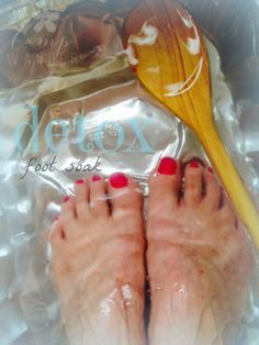 I'm completely on board the Detox Bath regime.  My challenge is finding the time to soak for 30 minutes and dealing with the aftermath of sweaty hair, dizzy head and a limp body.  If you're like me the Mini Detox Foot Soak will be a good a Health And Beauty Tips, Health Tips, Health Benefits, Foot Detox Soak, Bath Detox, Cleanse Detox, Melaleuca, Feet Care, Health Remedies