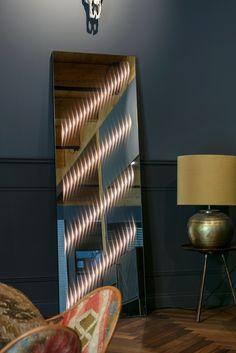 (Enthält Werbung) Spiegel zählen seit jeher zu den wichtigsten Gestaltungselementen im Zuhause: Sie schenken Räumen Weite und Helligkeit, reflektieren Lichtstrahlen und schaffen so Spannung und Dimension. Dass ein Spiegel aber auch für atmosphärisches Licht sorgen und sich per Knopfdruck in ein skulpturales Dekoelement verwandeln kann, zeigt der Wandspiegel von ETTLIN LUX. . . Foto: Nikolay Kazakov . . @ettlin_lux #interiorinspiration #interiorstyle #wohnraumliebe #interiordetails #solebich Mirror, Lighting, Design, Home Decor, Indirect Lighting, Spot Lights, Home Decor Accessories, Interior, Modern Full Length Mirrors