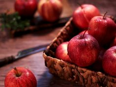 This is the time to eat an apple if you want maximum health benefits! Good Foods To Eat, Healthy Foods To Eat, Healthy Dinner Recipes, Health Snacks, Health Eating, Healthy Liver, Poster Design, Nutrition, Paninis