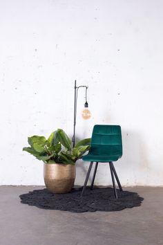 Groene velvet stoel Lola heeft een chique en vintage uitstraling. Deze eetkamerstoel is perfect voor een vintage, urban of bohemian interieur! Nu 2 stoelen voor 119,- Planter Pots, Hollywood Regency, Living Room, Interior Design, Dark, Boho Style, Plants, Chairs, House