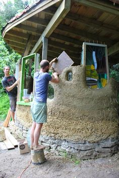 This pinner says -The other method of doing built in windows in a cob wall is to simple embed a panel of glass into the cob and then cob around it (building u. Cob Building, Green Building, Building A House, Building Windows, Maison Earthship, Earthship Home, Earth Bag Homes, Adobe House, Tadelakt