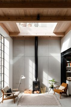 Small living area under an opening to the second floor in a former gin distillery converted into a home by an architect husband and interior designer wife, Whitechapel, East London, UK Design Living Room, Living Area, Living Room Decor, Living Rooms, Design Loft, Modern House Design, Design Design, Design Trends, Interior Exterior