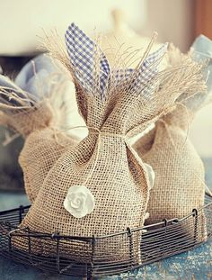 Juta lembrança Homemade Wedding Favors, Wedding Gifts For Guests, Jute Crafts, Diy Arts And Crafts, Stage Patisserie, Cowboy Baby Shower, Wine Tote Bag, Burlap Bags, Lavender Bags