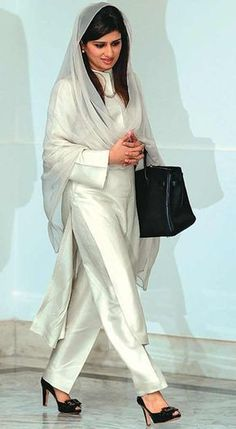 Bag Spotting Hina Rabbani Khar Nov is a Pakistani stateswoman and economist who was the Foreign Minister of Pakistan. Her father is Nur Rabbani Khar and she is the niece of Ghulam Mustafa Khar, former Governor and Chief Minister of Punjab Salwar Designs, Kurti Designs Party Wear, Blouse Designs, Indian Designer Suits, Indian Suits, Indian Attire, Indian Wear, Trajes Pakistani, Pakistani Dresses