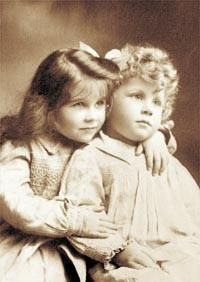 Lady Elizabeth Bowes-Lyon (The Queen Mother) with her younger brother, David, circa Touching photo of the Queen Mum as a tot. She was adorable. Queen Mother, Queen Mary, King Queen, Reine Victoria, Queen Victoria, George Vi, Bowes Lyon, Lady Elizabeth, Oldschool