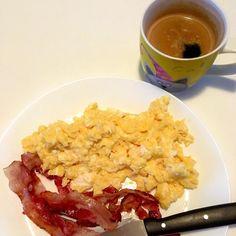 Snídaně, jednoduchá klasika, mně se ale asi neomrzí - slanina, míchaná vajíčka a káva / Classic simple breakfast, but yummy, everytime - fried bacon, scrambled eggs and coffee