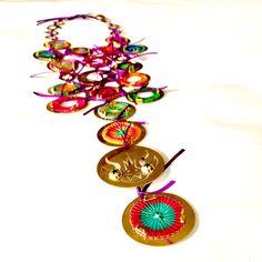Inspirada en Las Kayahuallas, baile de origen prehispánico andino, que se asemeja altrote, Monoco diseña este espectacular pectoral. Acá los bailarines realizan pasos con rodilla alzada y punta de pie en danzas miméticas y corales. Cofradía llena de colores, una oda a la fiesta misma, Monoco replica con total perfección el sentimiento de este maravilloso baile de la tirana. Una joya absolutamente única, inspirada en la Fiesta Religiosa más fantástica del norte. Autor:Monoco Colección…