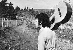 WEBGUERRILLERO: A 41 años de la muerte de Víctor Jara: 110 fotos suyas que quizá no conoces Victor Jara, Salvador, History, Artists, Musica, Historical Photos, Rock Bands, Death, Illustrations