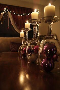 Des verres à pied dépareillés qui serviront de chandeliers... une bonne idée…