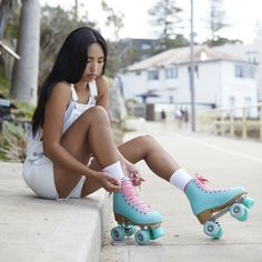 Check Out These Amazing Images Of Roller Skating Girls Retro Roller Skates, Roller Skate Shoes, Disco Roller Skating, Best Roller Skates, Outdoor Roller Skates, Roller Derby Girls, Foto Tablet, Rollers, Roller Skating Pictures
