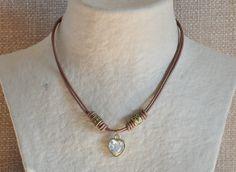 Gargantilla de cuero de color beig camel con corazón de cristal y detalles oro viejo