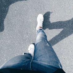 naturalmente andando e tirando foto do pé