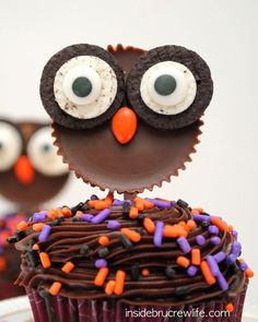 Reese's Owls - these cute owl cupcake toppers are made from Reese's peanut butter cups and Oreo cookies. Perfect edible craft that even the kids can do. by tommie Halloween Desserts, Halloween Cupcakes, Halloween Treats, Fall Halloween, Halloween Party, Owl Cupcakes, Yummy Cupcakes, Cupcake Cakes, Fruit Cakes