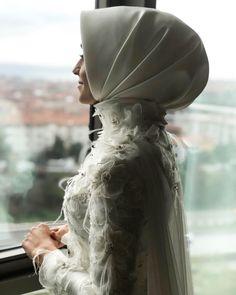 I wanted to be a graceful bride and I heard everyone was always saying bir Elegant hep ağız If you want to prepare for me for 555 635 26 56 Turban Design & MakeUp @ meralpinarturbantasarim # henna # chief design # turbandesign Big Dresses, Vintage Dresses, Hijab Makeup, Simple Hijab, Hijab Wedding Dresses, Hijab Trends, Elegant Bride, Muslim Girls, Wedding Veils