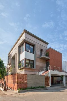 Vastey – The No wood House – Aangan Architects Modern Bungalow Exterior, Modern Exterior House Designs, House Paint Exterior, Dream House Exterior, Modern House Design, Exterior Design, Villa Design, Facade Design, Courtyard Design