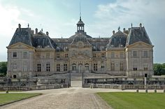 Chateau de vaux-le-vicomte (my first choice for a wedding venue) Monuments, Vaux Le Vicomte, French Castles, Versailles, 17th Century, Old World, Places To See, Facade, Around The Worlds