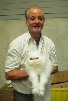 Bill as Vincent with his character's cat at St.Vincent set.