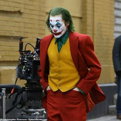 Joaquin Phoenix spotted in full costume as Joker while running from Gotham cops Joaquin Phoenix, Dc Universe, Batman Universe, Joker Batman, Dc Comics Peliculas, Joker Images, Joker Pictures, Joker Photos, Joker Phoenix