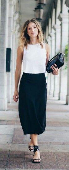 Top sem mangas com saia midi reta e sandália. Simples, clássico, elegante.