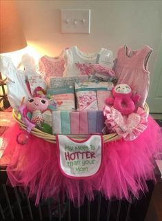 Tutu Gift Basket for Baby Shower Canasta de regalo Tutu para Baby Shower Baby Shower Party Deko, Cute Baby Shower Gifts, Regalo Baby Shower, Baby Shower Niño, Baby Shower Presents, Shower Bebe, Girl Shower, Baby Shower Themes, Girl Baby Shower Cakes