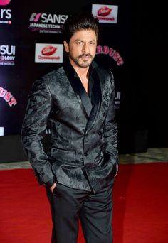 Shah Rukh Khan looking handsome as always posing for photographers on the red carpet at #SansuiColorsStardustAwards in Mumbai.