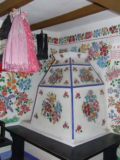 Popular Folk Embroidery Ceramic Stove at the Kalocsa Regional Folk Art House - Learn about Kalocsa, which is best known today for its many acres of paprika peppers, its annual paprika festival, and beautiful hand-made embroidery. Hungarian Embroidery, Folk Embroidery, Learn Embroidery, Hand Embroidery Designs, Embroidery Patterns, Indian Embroidery, Shirt Embroidery, Embroidery Stitches, Pottery Houses