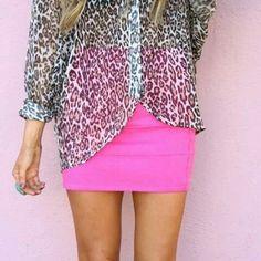 Estampado animal print más falda color neón. Lo mejor.