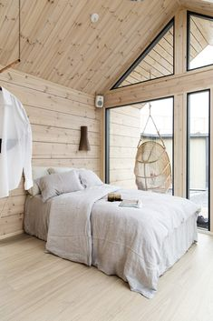 Scandinavian style log cabins and holiday lodges for quality living - Honka Scandinavian style holiday home interior! Log Cabin Holidays, How To Build A Log Cabin, Scandinavian Style Home, Scandinavian Cottage, Log Cabin Homes, Log Cabin Bedrooms, Garden Log Cabins, Rustic Bedrooms, Beautiful Houses Interior