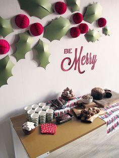 Plantillas para hacer decoración de acebo para Navidades >> holiday holly wall by SNOW & GRAHAM