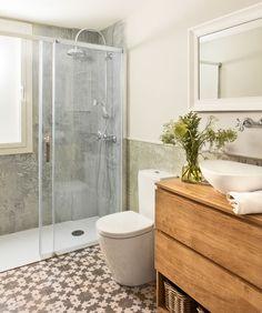 Baño pequeño con ducha y suelo hidráulico