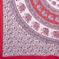 Im Südwesten Indiens befinden sich große Teile der traditionellen indischen Textilindustrie. Hier wird gewebt, gefärbt und viele Stoffe werden wie vor 100 Jahren mit handgeschnitzten Textilstempeln bedruckt. Jedes unserer Tücher ist ein Stück indischer Handwerkskunst. Die Baumwollstoffe werden im Blockprint-Verfahren oder im Siebdruckverfahren hergestellt. Die Tücher können als Tagesdecke, Bettlaken oder als Multifunktionstücher eingesetzt werden. [24,00€]