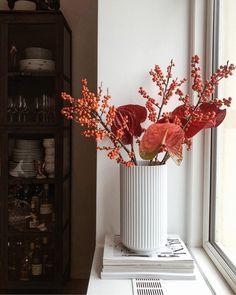 """Mille Emilie /// SONOMA SEVEN on Instagram: """"Efterår i min vindueskarm 🧡 Har orange og røde nuancer på hjernen for tiden. Er jeg den eneste, som har det sådan? _…"""" Interior Decorating, Interior Design, William Morris, Botany, My Room, Dining Room, Flowers, Beautiful, Glitters"""