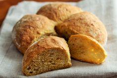 Il pane alle carote è semplice da realizzare in casa, portatelo in tavola per colazione o per accompagnare un tagliere di salumi e formaggi.