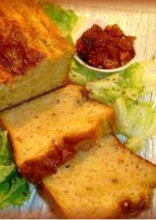 Cake aux échalotes et au chèvre  Préchauffez le four à 180 °C (th. 6).Pelez et émincez les échalotes. Faites-les rev...