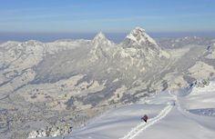 Im Winter bietet sich auch immer eine Schneeschuhtour an. Zum Beispiel in Morschach-Stoos (SZ). Dort ist die Auswahl an Schneeschuh-Trails vielseitig: Von der leichten Rieter-Tour in mehrheitlich flachem Gelände über die etwas schwierigere Waldhüttli-Tour bis hin zur Fronalpstock-Wanderung (Bild) mit atemberaubendem Ausblick über den Talkessel Schwyz. Mehr Infos unter www.stoos.ch